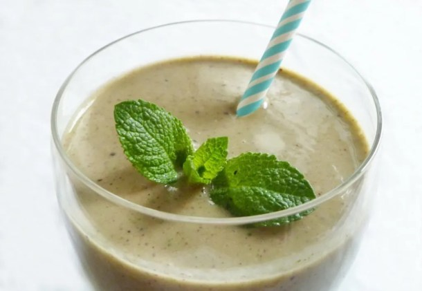 Mango Mint Smoothie -- Mango and mint are a perfect summertime flavour combination. When they're combined with berries, orange, and banana, they become even tastier. | thishappymommy.com