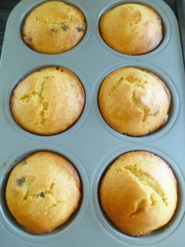 Mango Muffins -- Each bite of these tasty muffins bursts with fruity mango flavour and melted chocolate chips. | thishappymommy.com