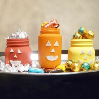 Celebrate Halloween with some cheerful pumpkin-inspired jars. With a pop of fall colour and some sparkly faces, you can enjoy some simple Halloween fun.