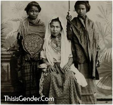 Vrouwen behonderende bij het sultanaat te Koetaradja atau Perempuan milik Kesultanan Kutaraja. Foto sekitar tahun 1903. Sumber : KITLV