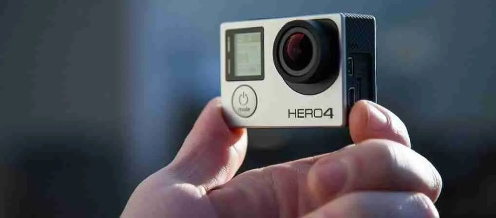 Mano sujetando una camara de video GoPro Hero 4
