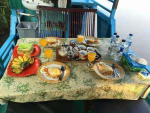 riquisimo desayuno en el klotok