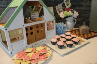 """The White Rabbit's house and """"Eat Me"""" cookies, Queen of Heart Cupcakes"""