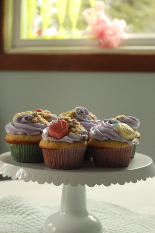 Cupcakes with white chocolate seashells and brown sugar sand