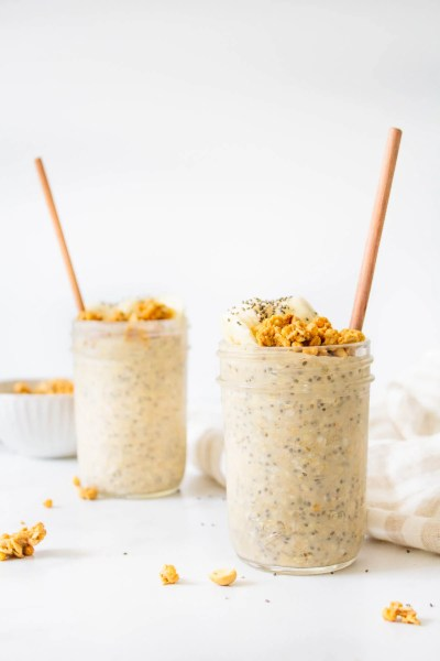 These Peanut Butter Banana Overnight Oats are the perfect make ahead vegan breakfast - serve hot or cold with extra banana slices and granola | ThisSavoryVegan.com #thissavoryvegan #overnightoats #veganbreakfast