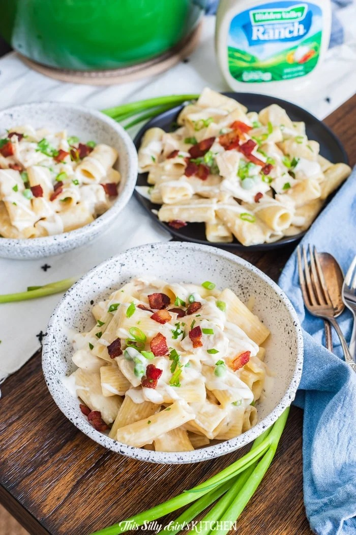 This one-pot ranch chicken pasta is an easy-to-make dish that will serve many people—easily bring it along to a potluck gathering! #recipe from thissillygirlskitchen.com #chickenpasta #ranch #ranchchicken #ranchchickenpasta #ranchpasta #bacon #onepotpasta