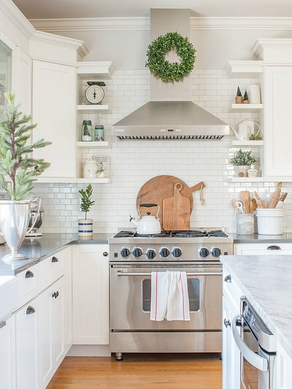 Simple white Christmas kitchen by Saw, Nail & Paint.