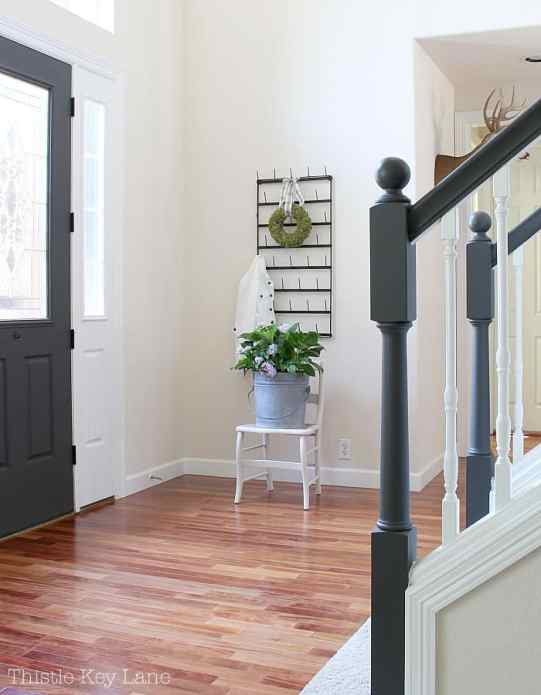 Summer home tour with blue and white accents starts in the entry way.