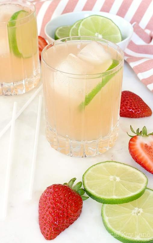 Summer time strawberry lemonade margarita recipe. #lemonademargarita #margaritarecipe