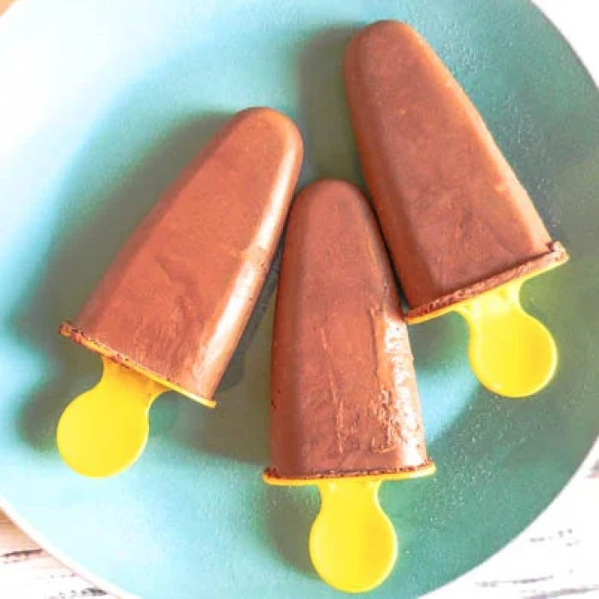 3-Ingredient Vegan Chocolate Popsicles | thiswifecooks.com