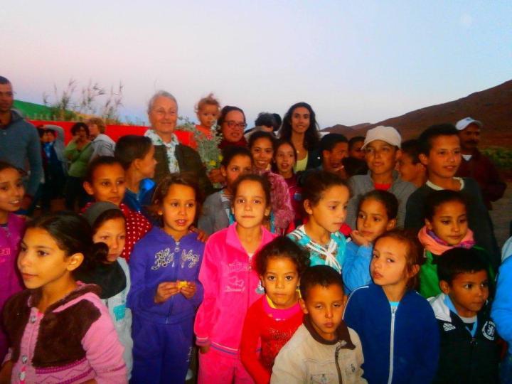 Dans le cadre de nos efforts d'intégration du Douar voisin, les enfants du douar ont partagé avec nous les superbes moments du Forum de la Terre. Eux aussi ont eu droit à des jeux, des goûters et d'un peu de pédagogie en hygiène et propreté.