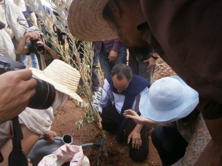 """""""Pierre Rabhi plante un arbre lors de son passage au CIPA-Pierre Rabhi le 04 novembre 2016"""""""