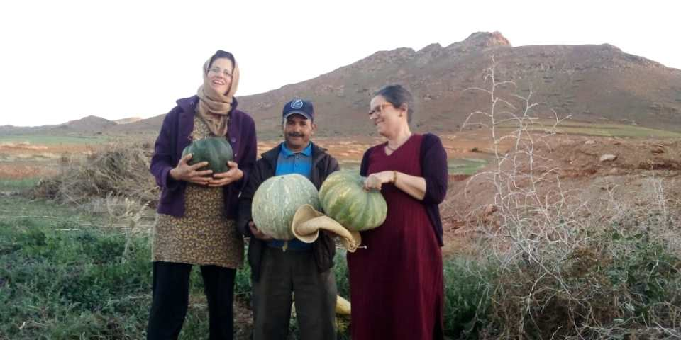 Des bénévoles ravis avec notre jardinier Abdelkbir au CIPA-Pierre Rabhi