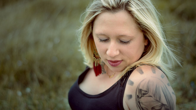 Jeune femme tatouée en shooting photo