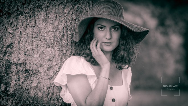 portrait photo jeune femme avec capeline en noir et blanc