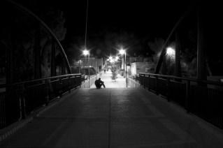 photos prise au cours d'une petite viree nocturne avec un ami photographe. J'ai pas pu laisser passer la scene de cet homme assis sur les marches au bout du pont, avant de continuer vers la llumiere.