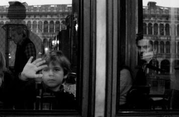 Venise, le 8 novembre dernier. Il y avait cet enfant qui regardait par la fenêtre d'un célèbre café. Et cet homme à l'arrière. un peu comme dans un film en n&b...