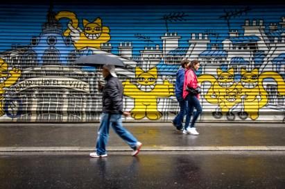 Ci-joint une photo couleur prise à Paris en avril 2014, amusé par la fresque je shootais sans m'occuper des gens qui passaient puis sont arrivés ces 3 là qui se sont croisés dans les bras du chat au milieu...