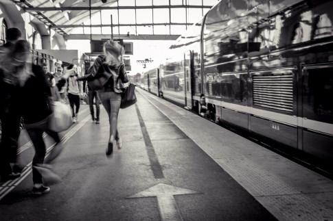 """sur le quai, le train part sans crier """"gare""""!!"""