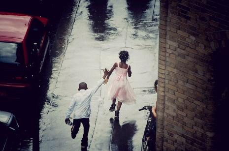 Photo prise par hasard après une pluie d'été assez dense. Toute la famille s'était abritée sous un porche et quand l'averse s'est arrêtée, les petites loulous, sans attendre les parents, ont dévalé la rue joyeusement, dans une indifférence qui parfois caractérise si bien les enfants.