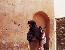 Mère & Fille dans une ruelle marocaine. La rue est la maison de tout le monde.
