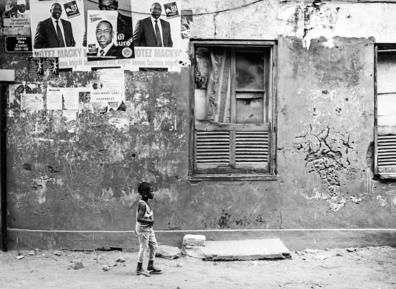Image shootée en 2012 avec un Fuji X100 dans les rue de l'île de Gorée pendant les élections présidentielles, Dakar - Sénégal.