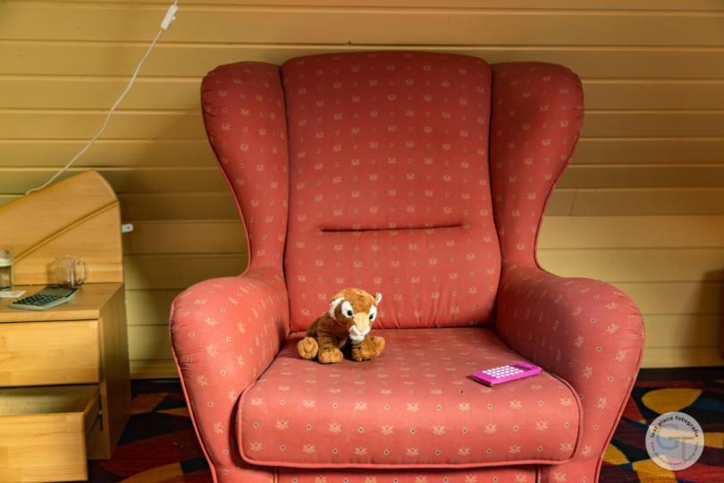 Tiger entspannt in Ohrensessel