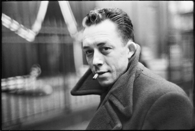 """Foto af Albert Camus, måske en af de bedste """"dagbogsskribenter"""" nogensinde. Han skrev malende og smukt, og lod sine tanker få frit løb vedrørende vægtige, eksistentielle emner."""