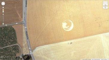 """Un logo Firefox géant dans un champ de maïs (45° 7'25.87 """"N 123° 6'48.97″ W) Dayton, Oregon, États-Unis"""