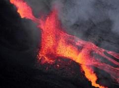 Le volcan s'est réveillé dimanche 17 mai à 11h30.RICHARD BOUHET / AFP