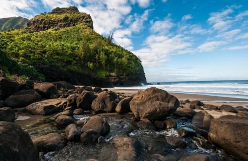À Hawaï, le sentier Kalalau vous emmène sur des montagnes et de magnifiques plages !