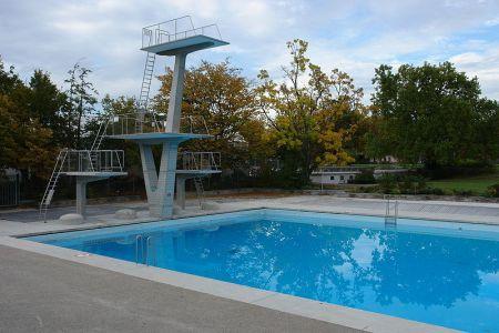 Der von Frisch entworfene 10-Meter-Sprungturm am Sportbecken des Freibads Letzigraben.