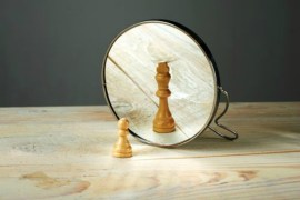 chess-piece-queen-king-wood-pine-mirror-table-surface-grey-green-wall-reflection-compact