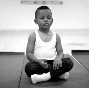 crianca-meditando-eua