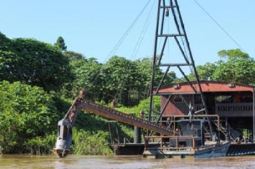 Barco de mineradores no rio Madeira, em Rondônia. 04/06/2017 Thomson Reuters Foundation/Chris Arsenault