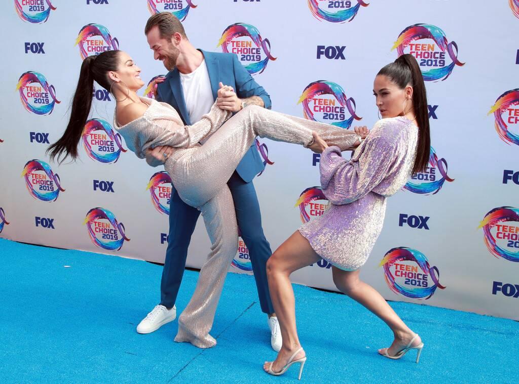 nikki bella and artem chigvintsev adorably pack on the pda carpet at teen choice awards