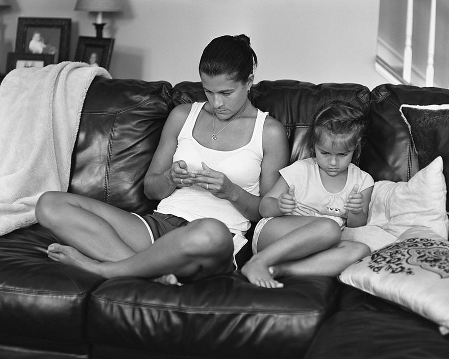 photographer proves phone addiction is a serious problem by removing phones from pictures