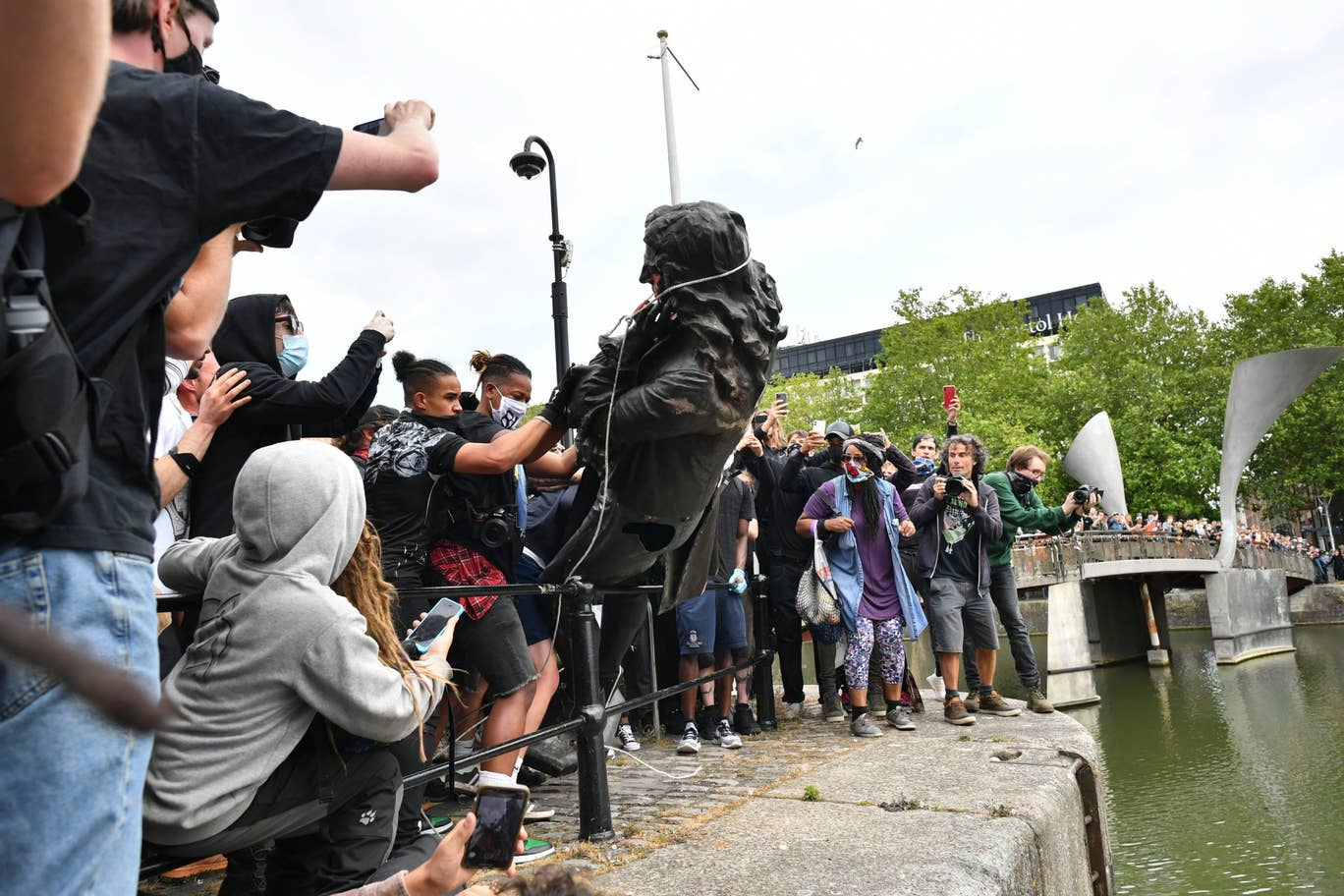 bristol black lives matter protesters throw slave trader statue into harbor after pulling it down