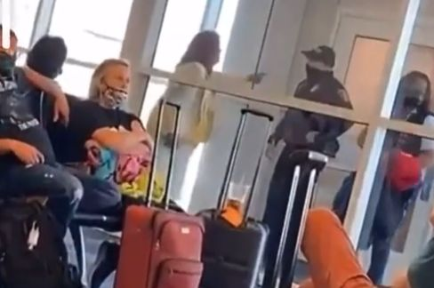 """Outraged """"karen"""" Has Meltdown At Airport And Demands To Speak To The Manager"""