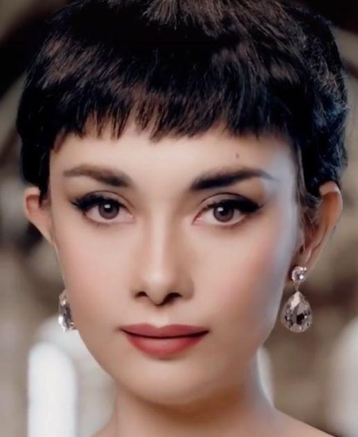 Makeup Artist Shows Off Chameleon-like Skills Transforming Into Celebs