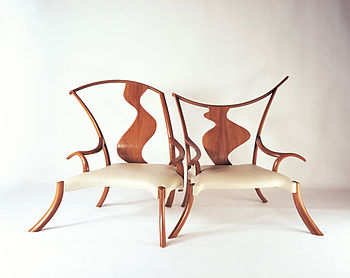 English: Two chairs that are like separate ind...