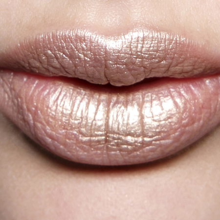 90s-style-lipstick-how-to-wear-shimmer-lipstick-now-makeup-trends