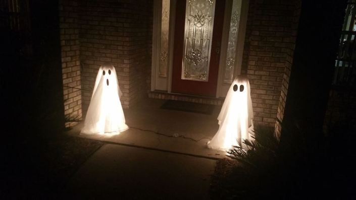 How to Make Halloween Ghost Lights For Your Front Porch - Easy DIY crafts for Halloween - Thrift Diving