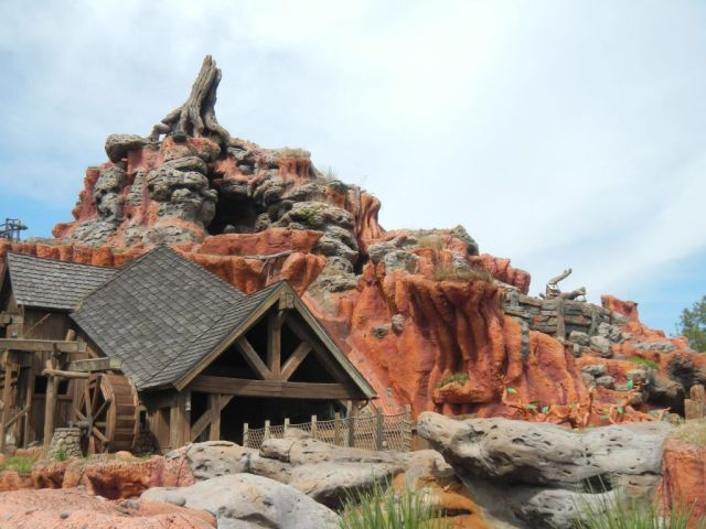 Swung by Splash Mountain to snap a few photos of its refurbishment.  Looks new with its paint job!