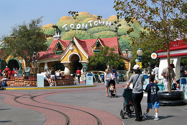 la-me-ln-toontown-evacuated-after-explosion-at-001