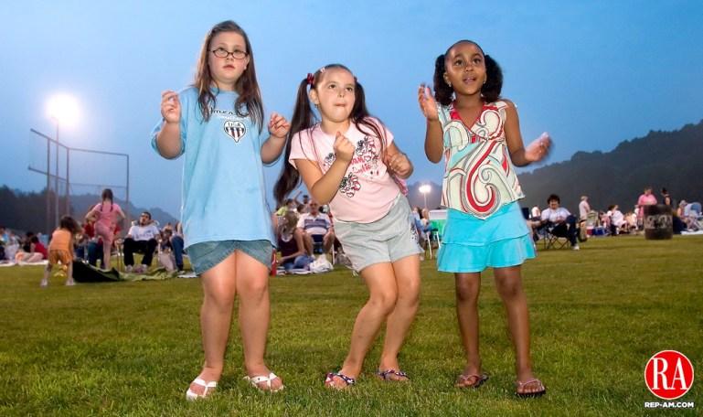 WATERBURY, CT -04 JULY 06- 070406JT04 - Seven-year-old cousins Amanda Galanti, Jasmine Roman, and Naomie Robinson, of Waterbury, dance as Dave Gardino