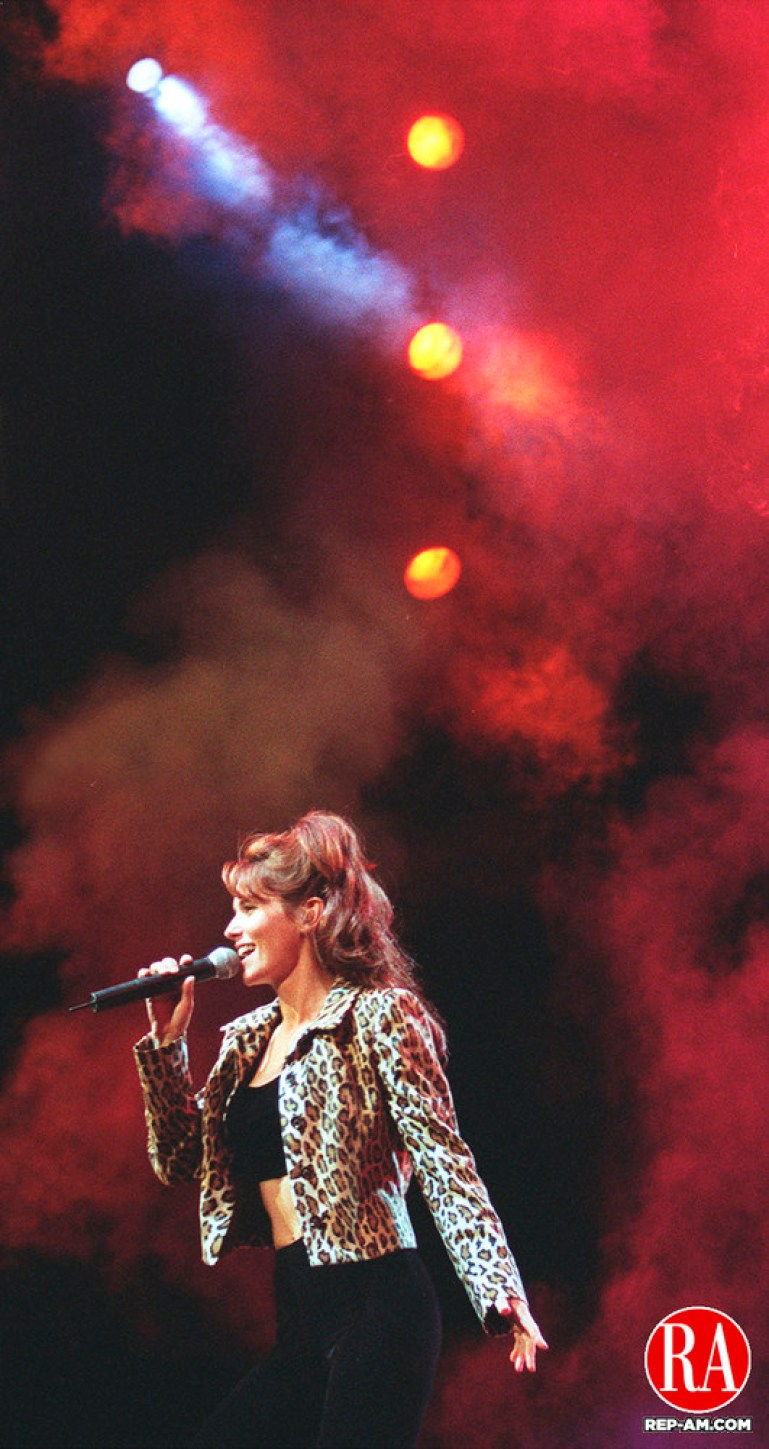 0819MA7.TIF--SHANIA TWAIN GETS THE STAGE SMOKING DURING HER FIRST NUMBER AT THE MEADOWS IN HARTFORD WEDNESDAY EVENING.MICHAEL ASARO staff photo for Features