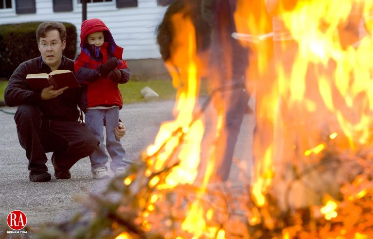 January 7, 2007 - BRIDGEWATER -Alan Brown of Bridgewater sings Christmas hymns with his son Cameron, 5, in front of a bonfire during the Bridgewater Congregational Chruch