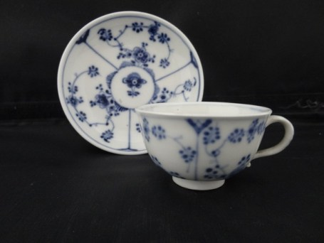 hchst-blue-white-porcelain-cup-saucer-the-immortelle-pattern-provenance-sothebys-the-duchess-of-northumberlands-sale-1947