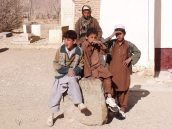 Kids an einem Ziarat (Heiligtum) am Stadtrand von Ghasni.